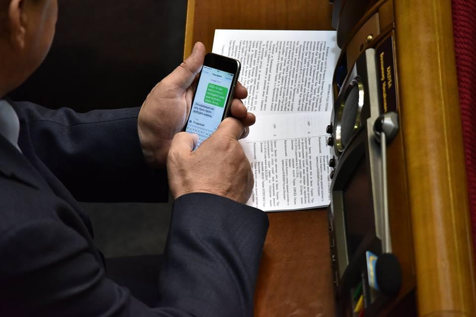 Нардеп Кацуба на заседании Рады занимается чьим-то колхозом: фотофакт