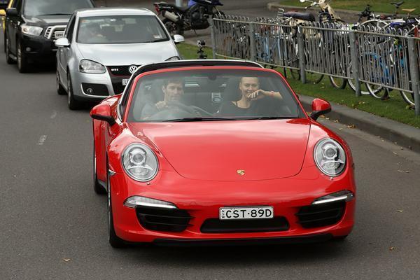 """Знаменитий гонщик Формули-1 покатав Шарапову на своєму """"Порше"""""""