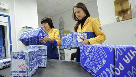 """Російські поштарі замість """"нацистської"""" обрали форму кольорів українського прапора"""