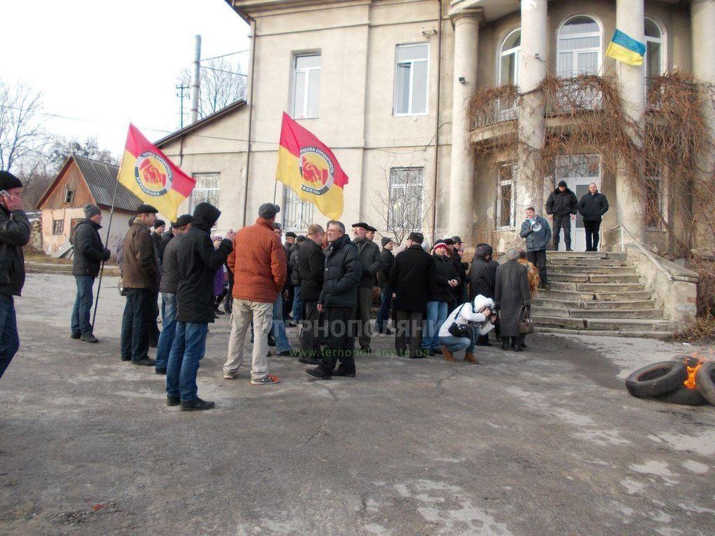 На Тернопольщине жители бросили в мусорный бак двух судей: опубликовано фото