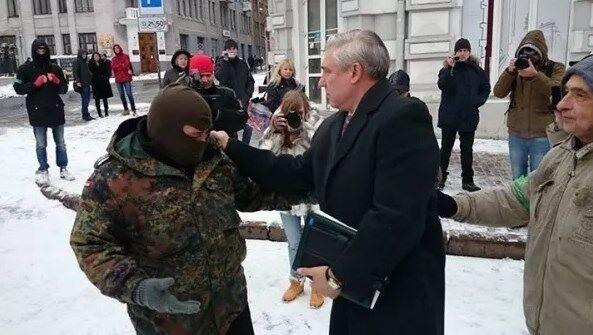 В Харькове проходит пикет под горсоветом: в ход пошли дымовые шашки. Опубликованы фото и видео
