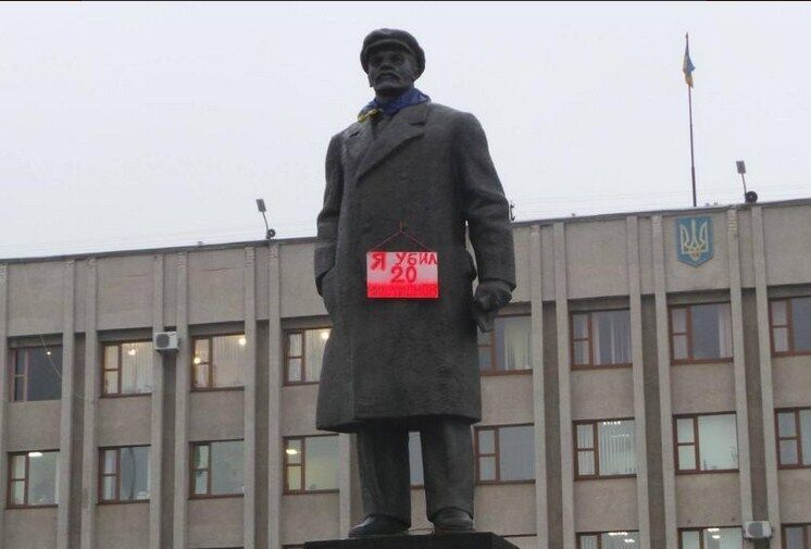 """На памятнике Ленину в Славянске повесили табличку: """"Я убил 20 миллионов"""". Фотофакт"""