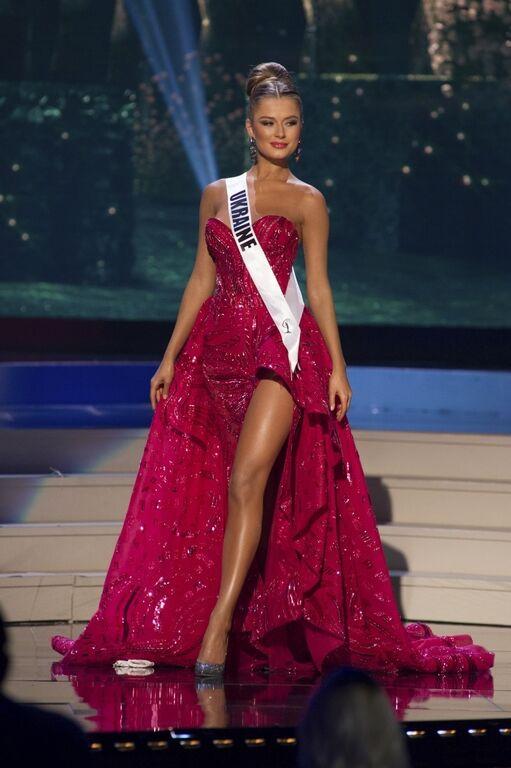 """""""Мисс Вселенная 2015"""": украинка поразила роскошным платьем и длинными ногами"""