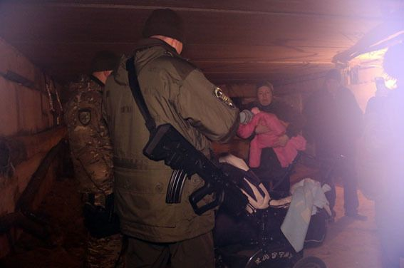 В подвале обстрелянного в Мариуполе дома нашли женщину с ребенком. Фотофакт