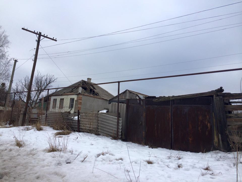 На улицах Станицы Луганской - ни одного прохожего: фоторепортаж из обстрелянного поселка