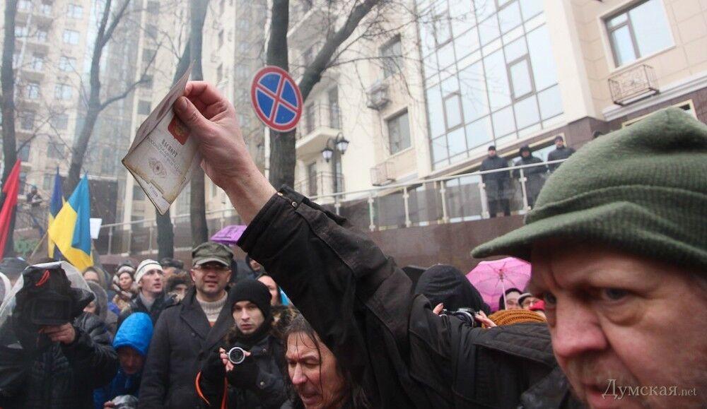 Российский правозащитник сжег свой паспорт у консульства России в Одессе