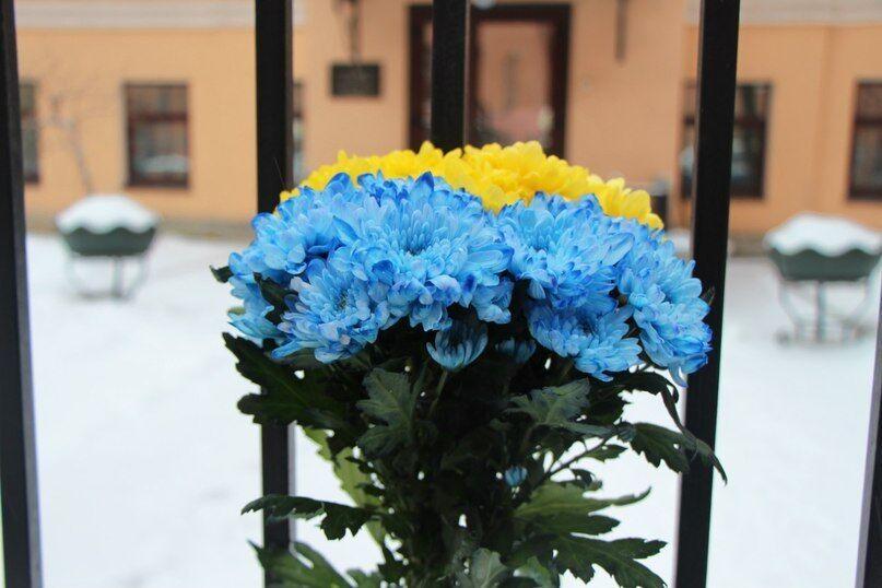 """""""Украина, прости нас!"""": жители Санкт-Петербурга пришли к украинскому посольству с цветами и свечами"""