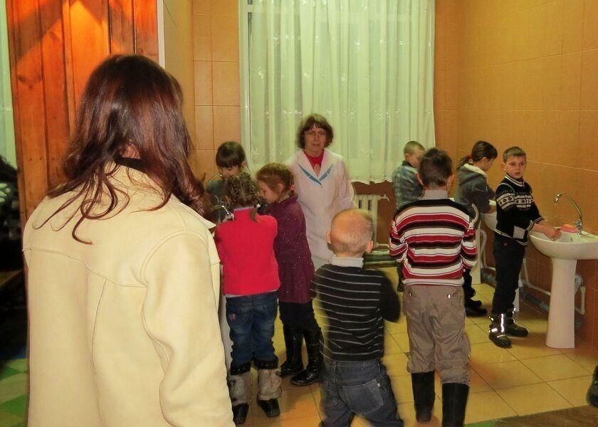 Появились фото спасенных детей Донетчины в Никополе