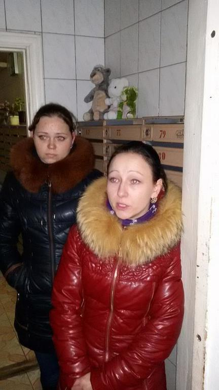 Бдительные киевляне заблокировали в подъезде денежных мошенниц: фото аферисток