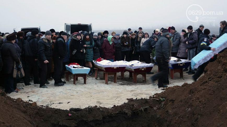 В Мариуполе похоронили семью, погибшую в ходе обстрела города террористами