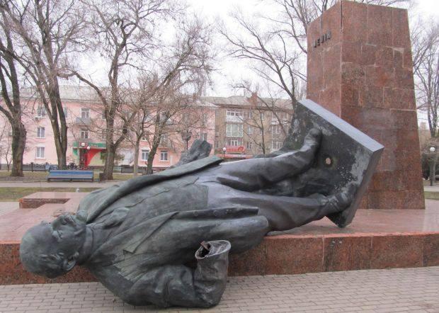 В Бердянске неизвестные в камуфляже снесли огромный памятник Ленину: фотофакт