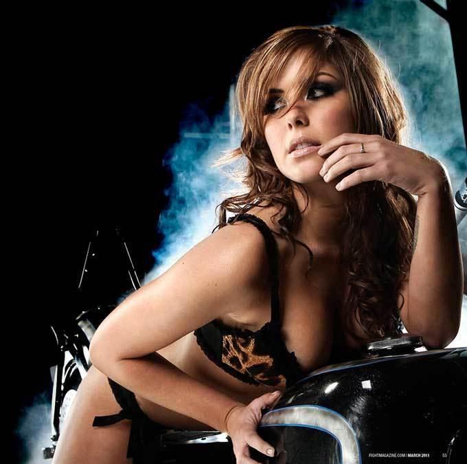 """Самая красивая """"девушка ринга"""" радует поклонников сексуальными фото"""