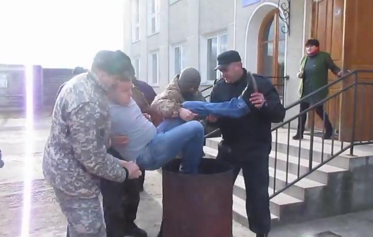 """На Прикарпатье """"Правый сектор"""" запихнул в мусорную бочку главу сельсовета за неуважение к бойцам АТО: видеофакт"""