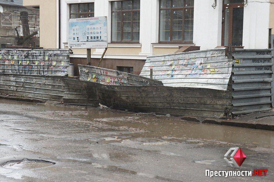 Ураган на Николаевщине: усиливающийся ветер ломает деревья и срывает крыши. Опубликованы фото