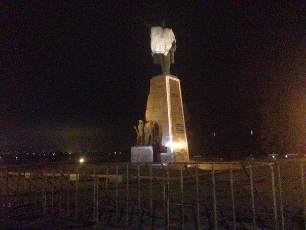 В Запорожье оградили памятник Ленину забором, опасаются сноса: опубликованы фото