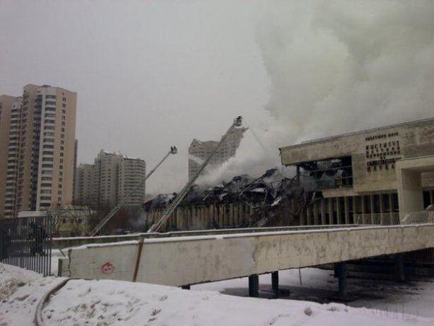 Пожар в уникальной научной библиотеке Москвы не могут потушить уже 13 часов: опубликованы фото и видео