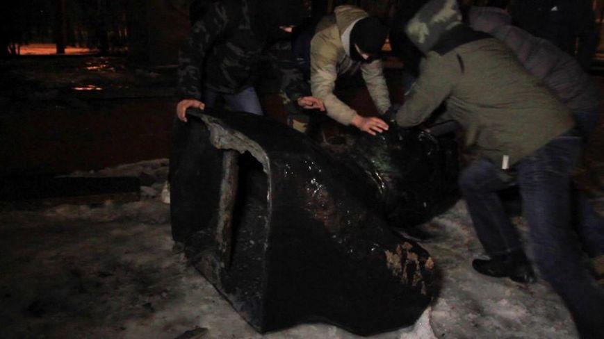 В Харькове повалили памятники Ленину и одному из организаторов сталинских репрессий: фото и видеофакты