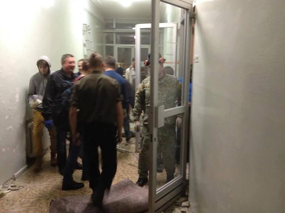 Сотни киевлян пришли на субботник в военный госпиталь, где лежат бойцы АТО: фотофакт