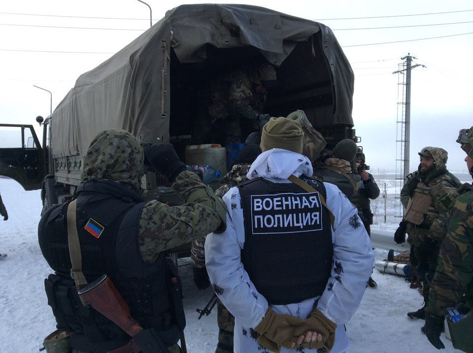 """Минобороны показало, как боевики """"ДНР"""" обыскивают прибывших на ротацию """"киборгов"""""""