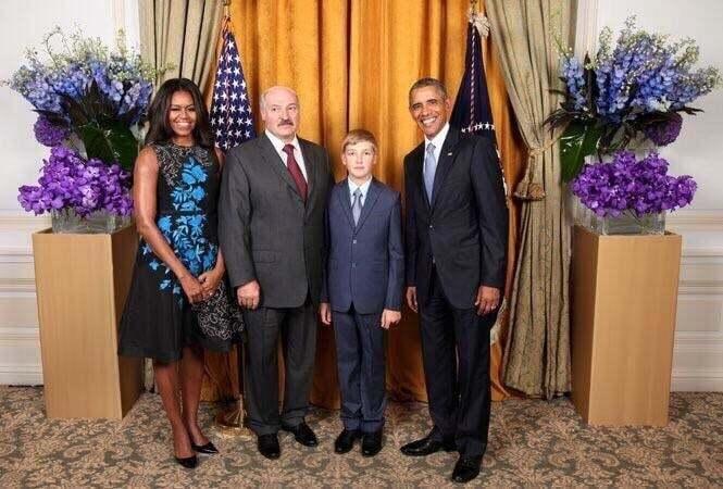 Соцсети взорвало протокольное фото Лукашенко с сыном в компании четы Обам