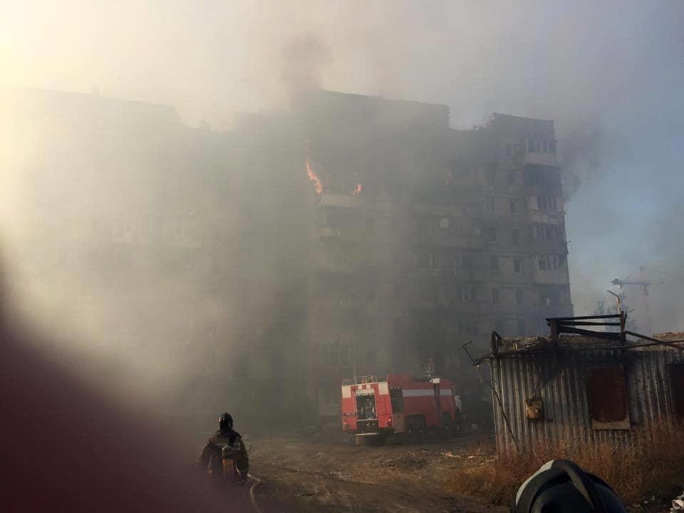 У Донецьку загорівся будинок, з якого Гіві і Моторола обстрілювали донецький аеропорт: опубліковані фото