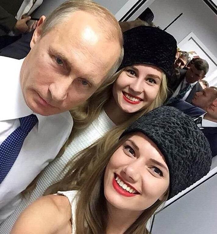 """Путін без піджака робив селфі з учасницями """"Міс Росія"""": фотофакт"""