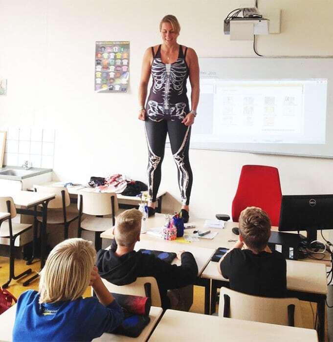 В Голландии учительница, рассказывая об анатомии, разделась перед детьми