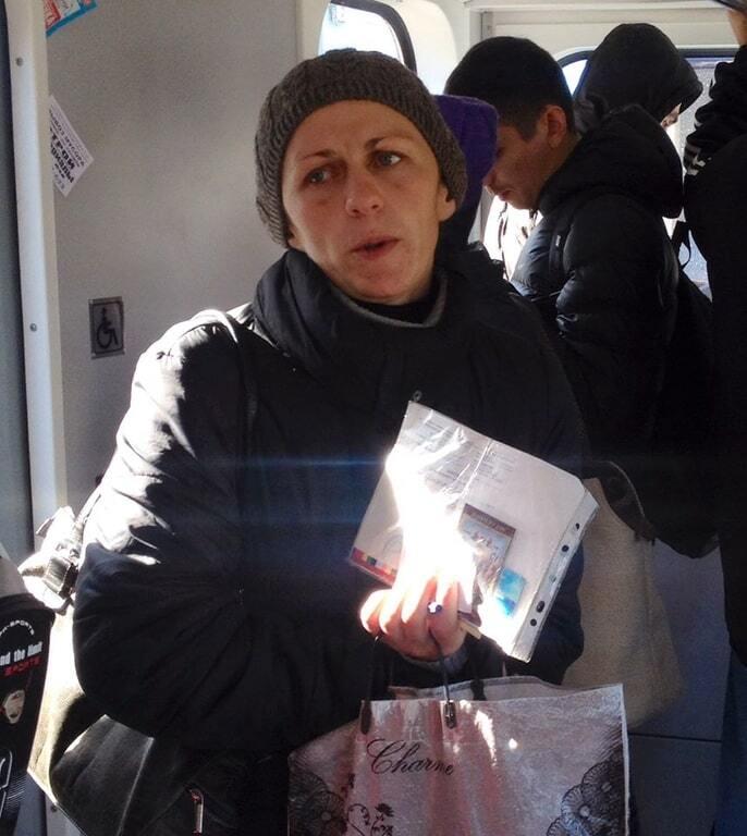У київському метро помітили професійну шахрайку-жебрака: фотофакт