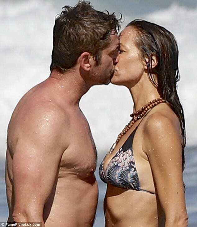 Располневший Джерард Батлер развлекся на пляже с красоткой в бикини