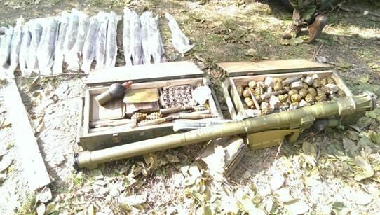 """На Донбасі СБУ знайшла схрони з """"Голкою"""" і протипіхотними мінами"""