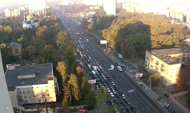 Киев утром остановился в многокилометровой пробке