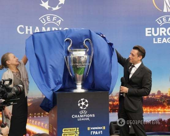 В Киеве открылась уникальная выставка Кубков Лиги Европы и Лиги чемпионов