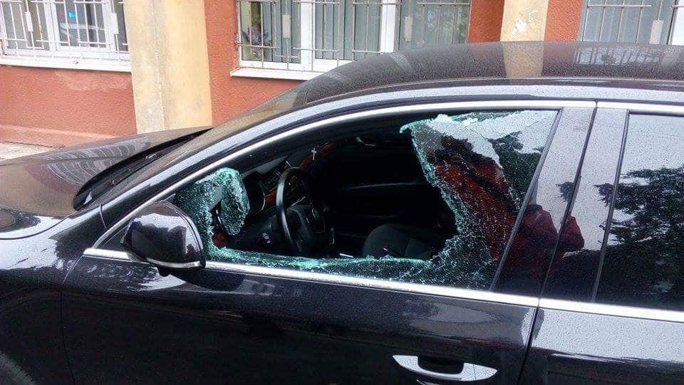 У Нардепа Парасюка у Львові розбили скло в автомобілі: фотофакт