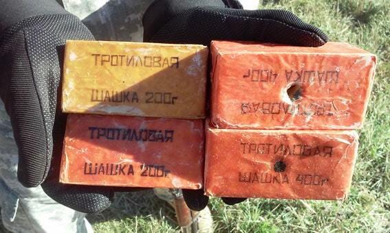 """На Донеччині за день виявили два """"схрони"""" з боєприпасами: фото знахідки"""