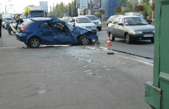У Києві Chevrolet на повному ходу протаранив тролейбус з людьми: опубліковані фото