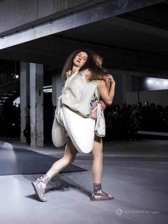 """Мода не для всіх: """"дівчина-рюкзак"""" зробила фурор в Парижі"""