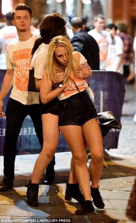 """В Британии начался """"сезон студенческих пьянок"""": шокирующие фото, сделанные возле пабов"""