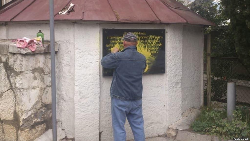 Вандали в Криму осквернили кримськотатарський меморіал