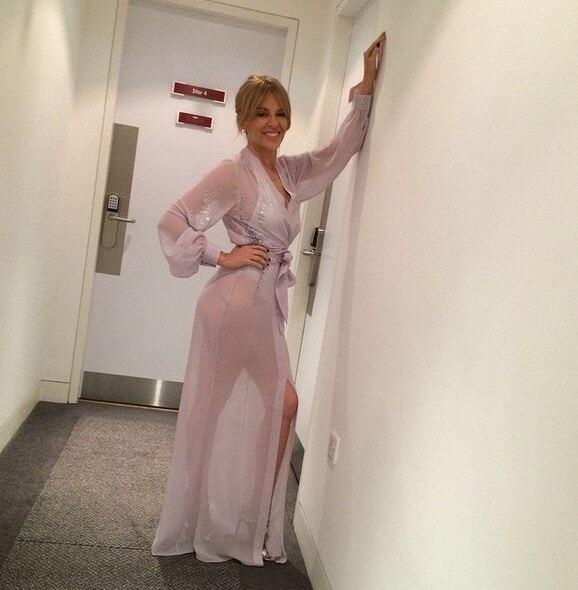 47-летняя Кайли Миноуг похвасталась фигурой в прозрачном халате