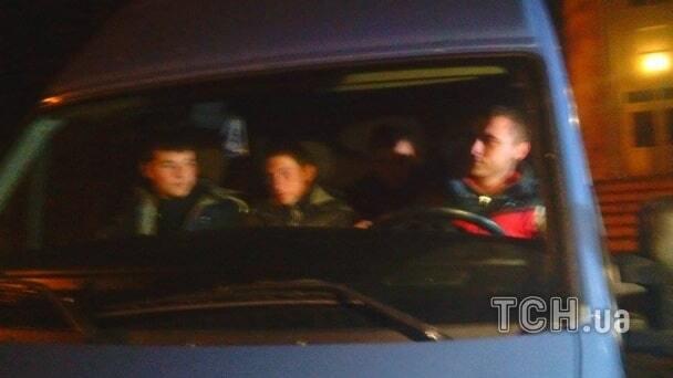 """У Красноармійську силовики оточили будівлю ТВК: побоюючись """"тітушок"""""""