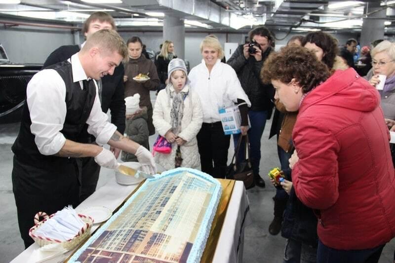 """В день автомобилиста """"Укрбуд"""" устроил на открытии нового дома выставку ретроавто"""