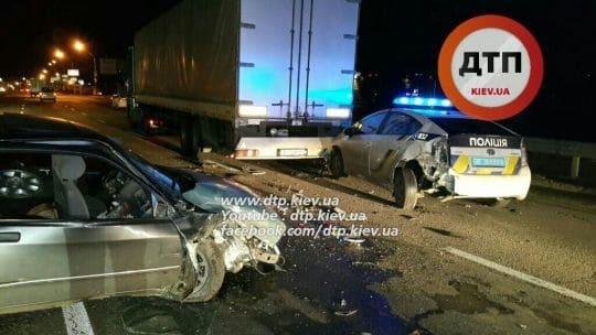 У Києві Ford протаранив авто поліції
