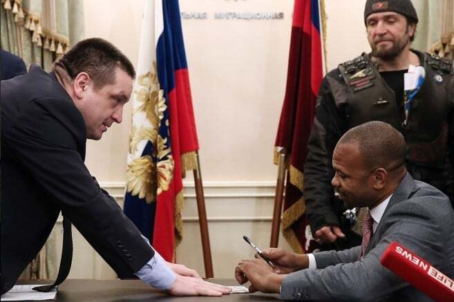 В Москве пафосно вручили паспорт РФ американской легенде бокса