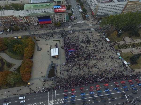 """Террористы """"ДНР"""" нарисовали """"150 тысяч людей"""" на """"день флага"""" в Донецке"""