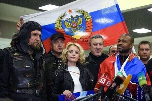 """Росіян розлютило фото байкера Путіна з """"гібридом"""" прапора РФ"""