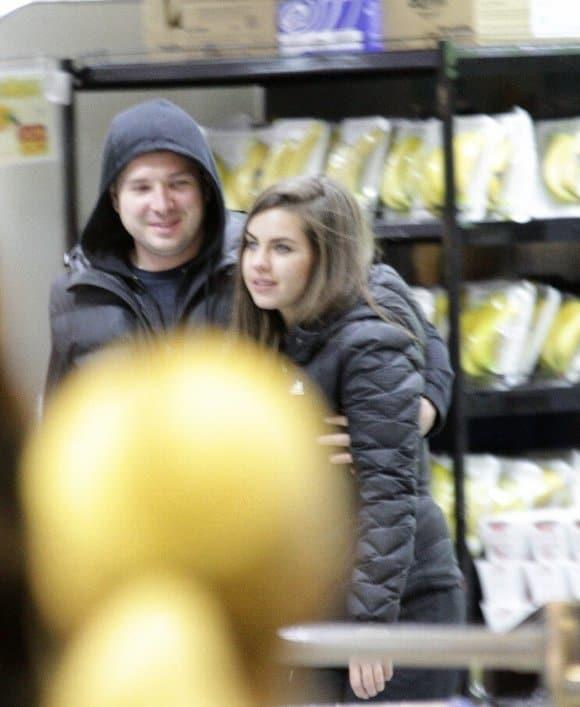 Кошелеву застукали за нежностями со спортивным мужчиной прямо в супермаркете