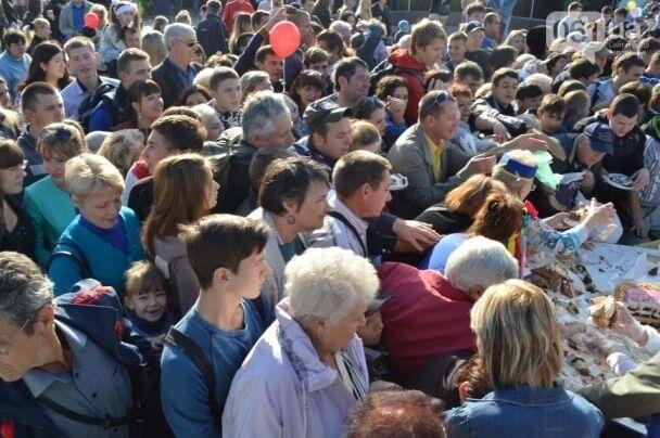 """Лопат не хватало: в Запорожье голодная толпа за 10 минут """"смела"""" """"халявный"""" торт в 250 кг"""