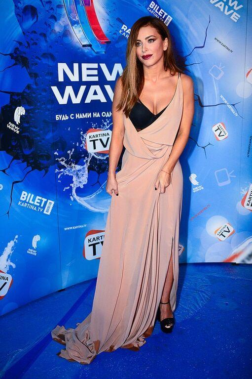 """Ані Лорак у сукні кольору ряжанки заголосила в Сочі на """"Новій хвилі"""": фотофакт"""