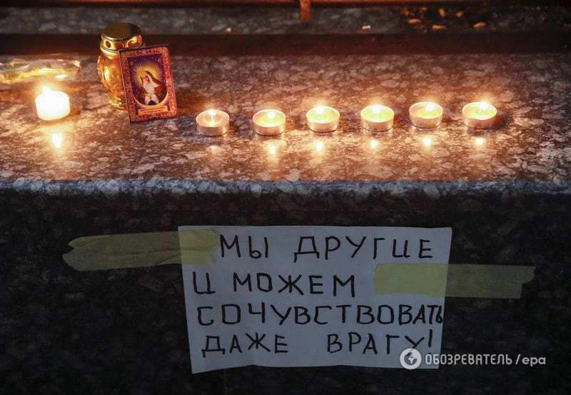 Украинцы принесли цветы, игрушки и зажгли свечи возле посольства России