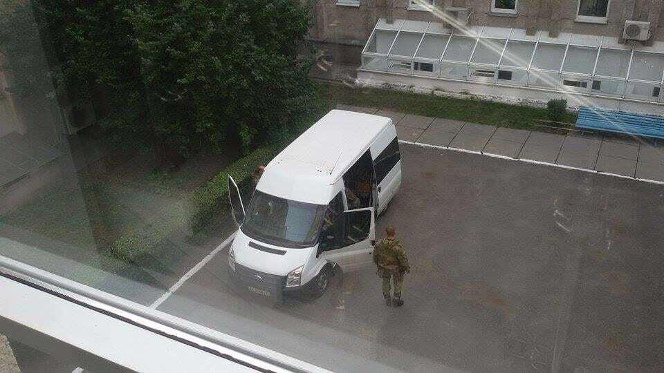 """Автоматники в камуфляжі прийшли до гендиректора """"Укренерго"""": відеофакт"""